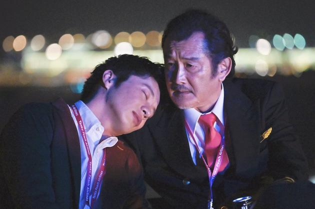 日劇《大叔的愛-in the sky-》劇照,田中圭靠在吉田鋼太郎肩上