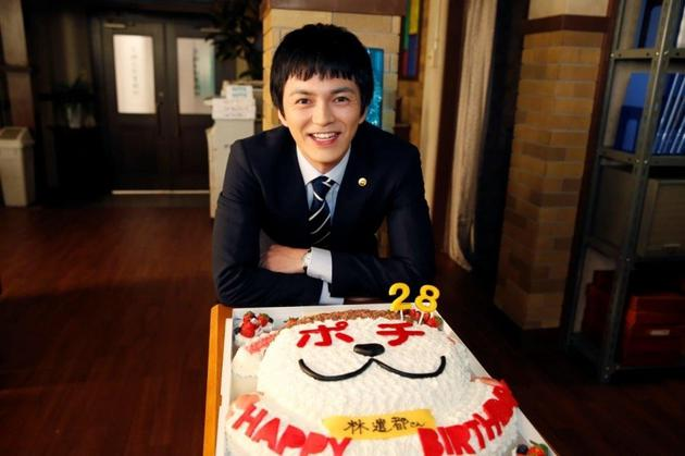 林遣都在日剧《LEGAL V~前律师小鸟游翔子~》拍摄现场得到生日惊喜祝福