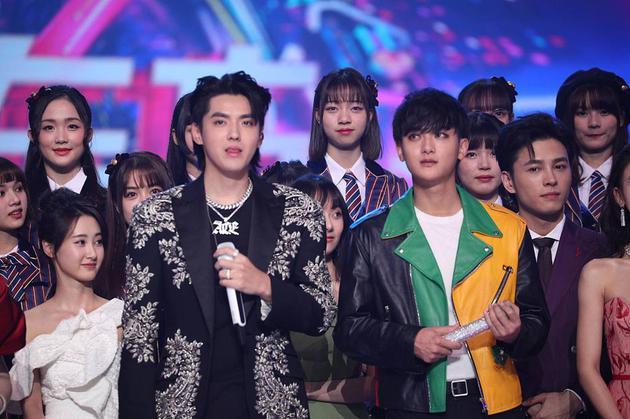 在东方卫视的跨年晚会上,曾经同为EXO成员的吴亦凡黄子韬在回国后首度同框