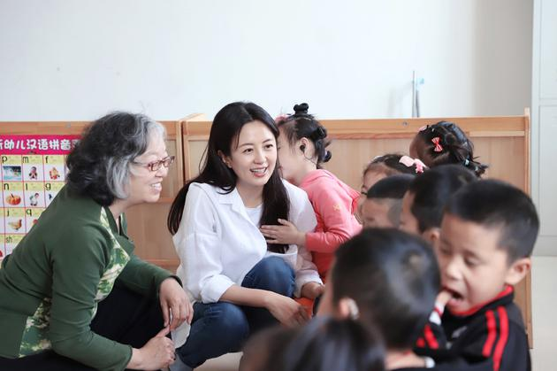 杨童舒和小朋友互动。