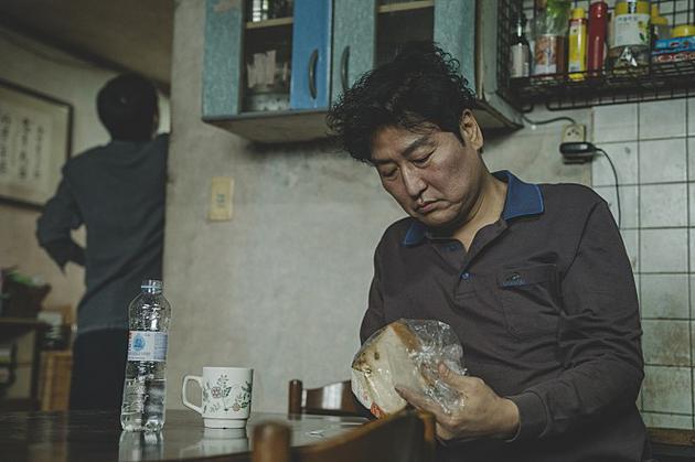 宋康昊扮演的父亲基泰