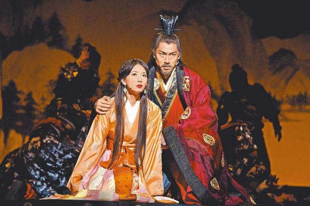 林志玲(左)和AKIRA(右)在。舞台剧《赤壁~喜欢》中饰演幼乔和周瑜