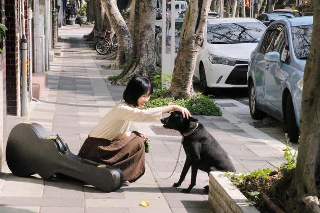张瑀与MV中的狗狗游玩