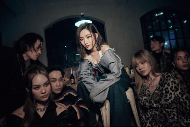 阎奕格拍摄新歌MV