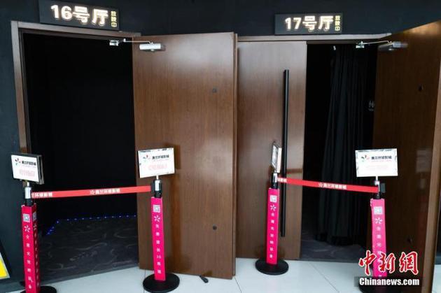 今年3月,位于北京市向阳区看京地区的一家电影院仍处于闭门休业状态。中新社记者 侯宇 摄