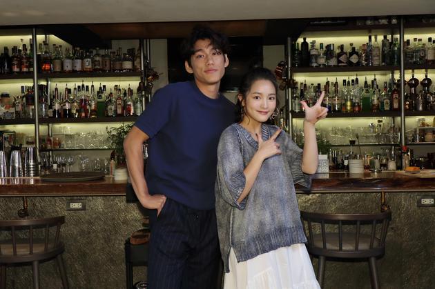 两位影坛特出复活代演员王净(右)、朱轩洋