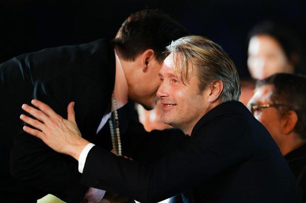 米科尔森和德普拥抱,2018年海南岛国际电影节