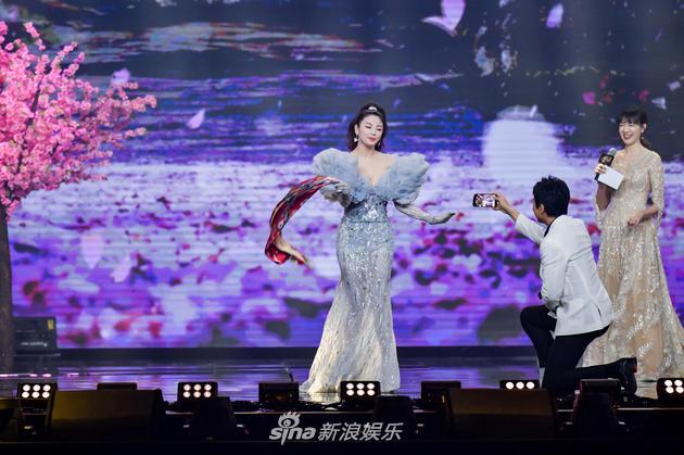 张雨绮微博之夜舞台穿礼服扭秧歌 彰显喜剧人色彩