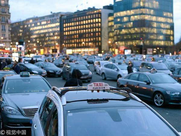 休·格兰特与与太太在巴黎度蜜月时,与程车司机吵了起来。