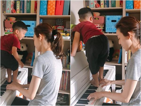 范玮琪双胞胎儿子脚踩钢琴