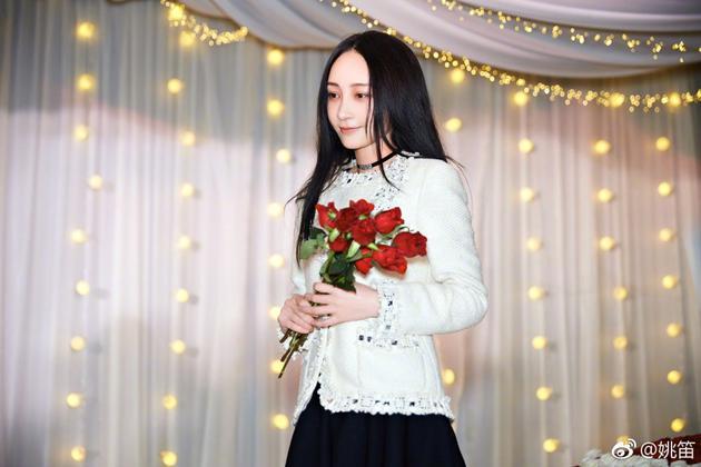 姚笛生日晒照手捧红玫瑰 疑似被男友求婚