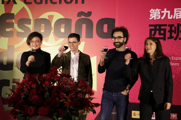 卢米埃影业总裁邵征女士、西班牙公使、策展人和文化参赞共同举杯祝贺