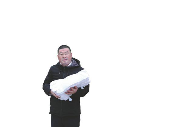 """陆勇手拿""""药侠""""牌商标的自家手套产品"""