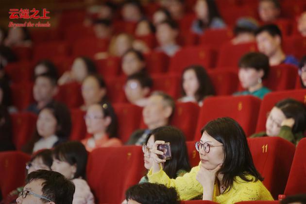 现场观众认真聆听