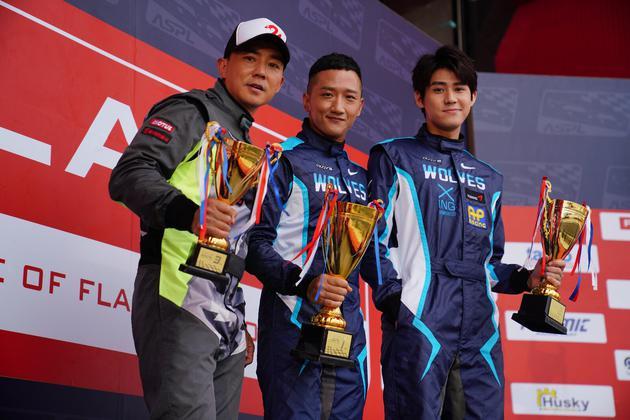 出品人刘畊宏(左起)与演员高英轩、李玉玺著赛车服合影