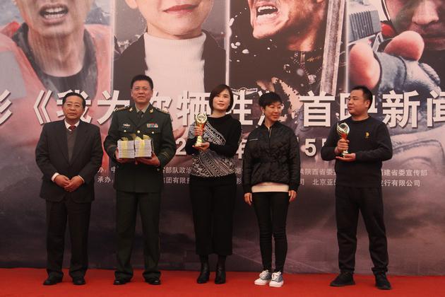 出品方代表向武警部队代表赠送影片光盘并展示中美电影节金天使奖杯