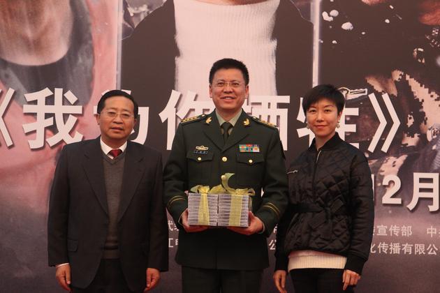 出品方代表向武警部队代表赠送影片光盘