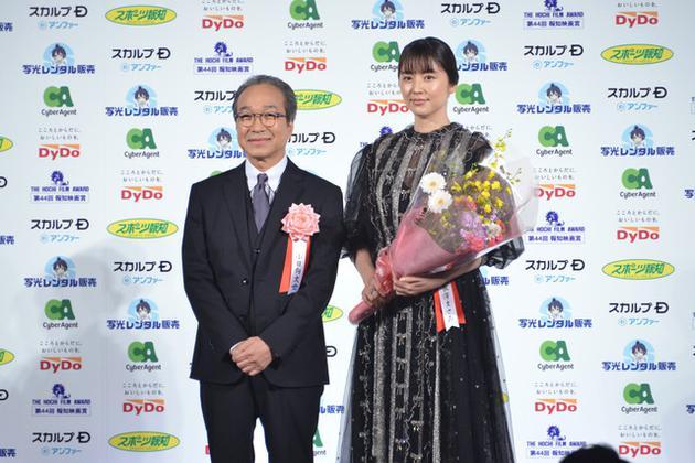 12月18日东京左首幼日向文世、长泽雅美出席第44届报知电影奖授奖典礼