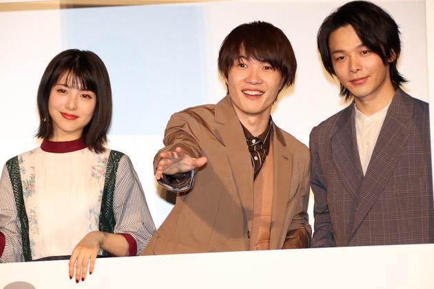 12月23日东京电影《尸人庄杀人事件》感谢见面会,左首滨边美波、神木隆之介、中村伦也