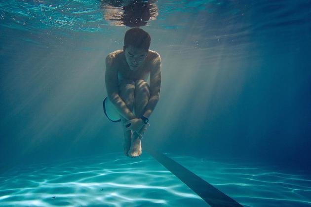曾敬骅在水里拍摄感觉自由自在