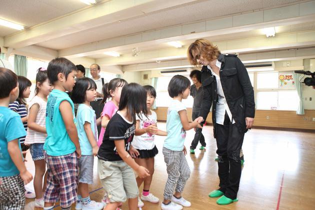 2013年YOSHIKI到宫城石卷探看幼弟子