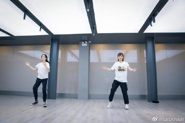 孙俪和妹妹跳舞