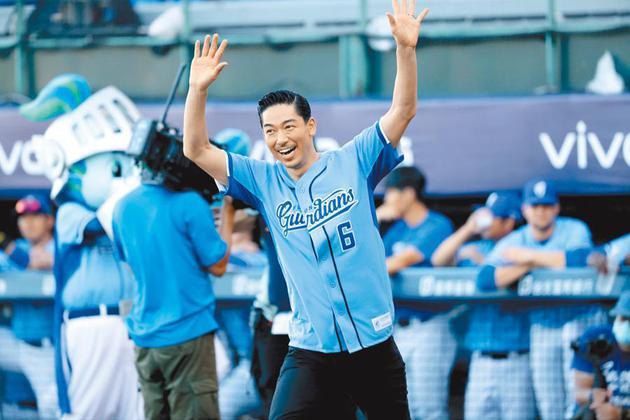 老公AKIRA为台湾职棒开球 林志玲偷偷到场加油