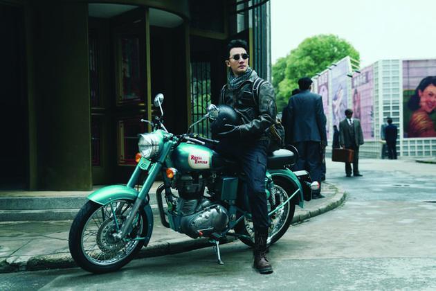 男主角骑着帅气的摩托车