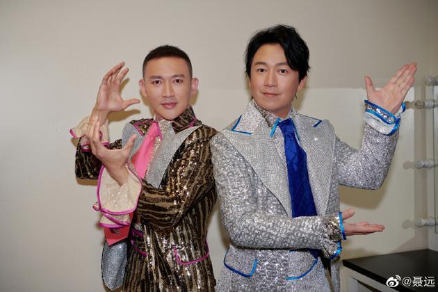 聂远和潘粤明穿亮片舞台装相符影