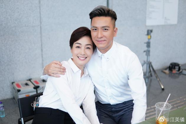 江美仪与马国明搂肩亲密合影 cp合体引剧粉回忆杀