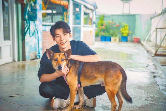 许光汉至流浪动物园区献爱心 见曾遭虐待狗狗哽咽