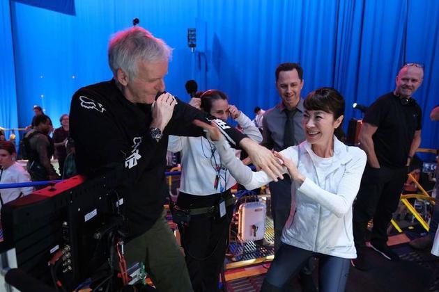 杨紫琼和詹姆斯·卡梅隆在片场
