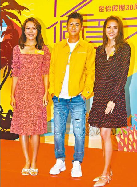 跟张曦雯(左)、刘颖旋(右)合照时,陈家乐整个人僵直兼脸红。