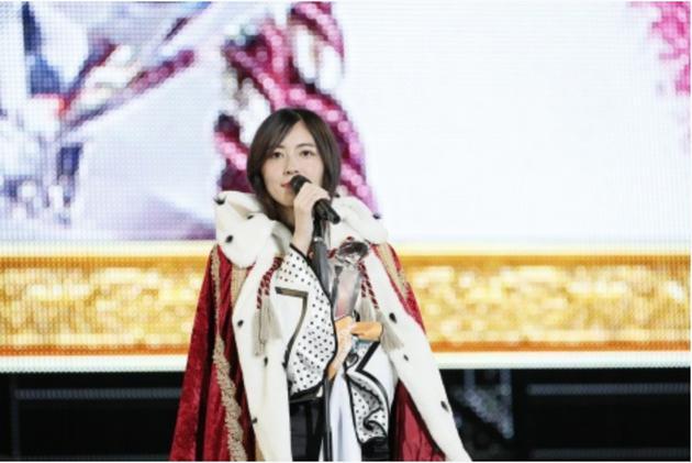 """第10屆AKB48世界選拔總選舉""""中首次戴上優勝的SKE48松井珠理奈"""
