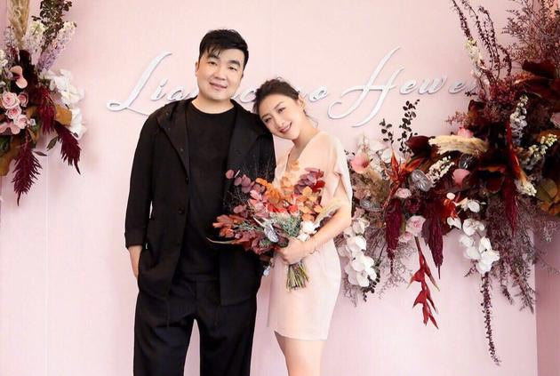 何雯娜微博晒和梁超合影照宣布订婚 依偎在老公肩膀上 恩爱