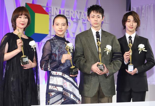 左起黑木華、清原果耶、菅田將暉、橫濱流星