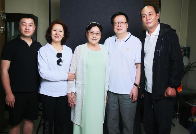 王晓棠与青年演员合影