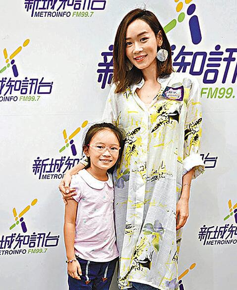 杨思琦带着女儿到电台受访。