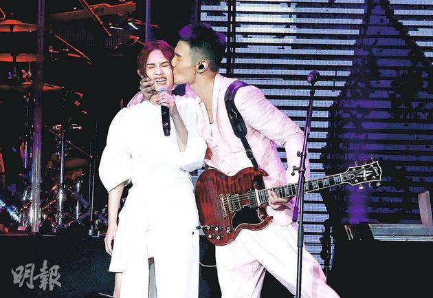 李荣浩(右)前年9月在台北举行演唱会,突然肉紧吻向杨丞琳(左)。