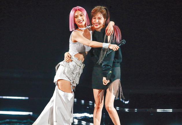 杨丞琳(左)昨搂抱好友王心凌,感谢她力挺。