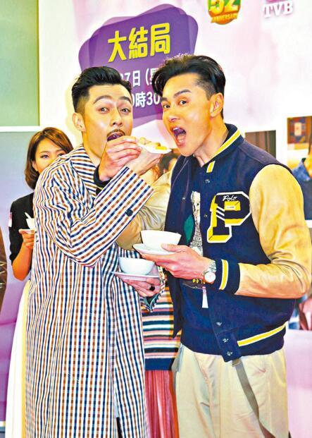 黄浩然(右)与周柏豪扮鬼脸