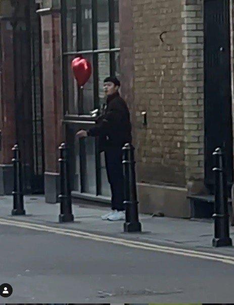 英国网红Snatchy?;嵩谏缃煌痉窒硭婊?,他分享了短片,片中只见一名站在街边的亚洲男子看似在检查相机中的照片。
