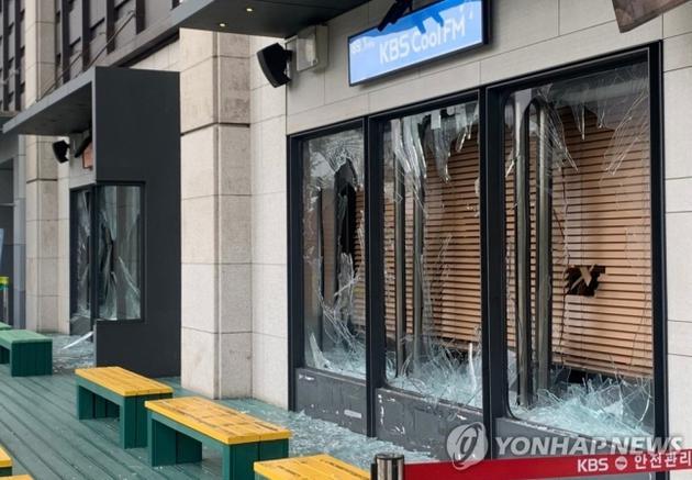 韩男子砸碎KBS玻璃获刑一年半 女主播受惊吓住院