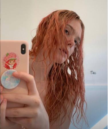 艾丽范宁染了新发色