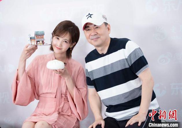 """李一桐在《喜欢吾就别想太多》一剧中与陈建斌上演""""忘年恋""""。"""