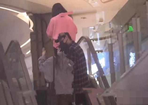 尹正陪蒋梦婕逛商场
