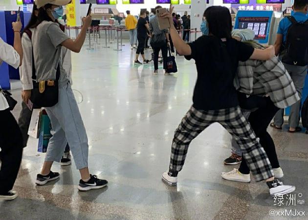 孟佳机场被粉丝强行拉手 发文呼吁保持安全距离