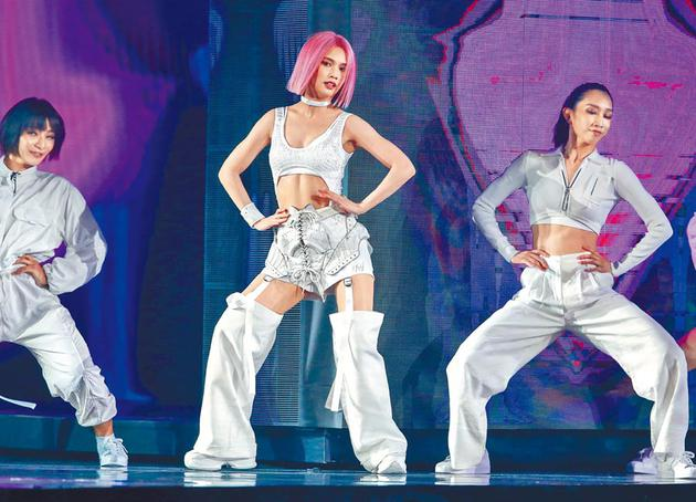 杨丞琳昨晚在小巨蛋完成第2场演唱会,台上散发性感魅力。