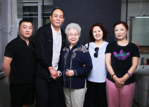 田华与青年演员合影