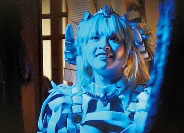 峮峮为拍摄广告扮成未来世界的机械女战士。